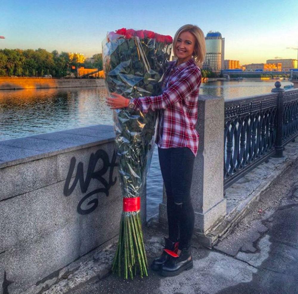 Голая Ольга Бузова с цветами