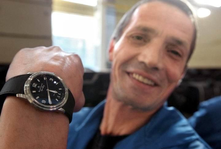 слесарь Виктор Загаевский с часами Путина
