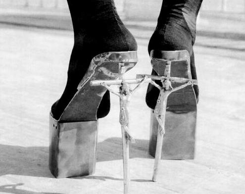 Туфли леди Гага с распятием